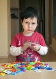 Het spelen van het kind met brieven stock foto
