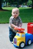 Het Spelen van het kind met de Vrachtwagen van het Stuk speelgoed - verticaal Stock Afbeeldingen