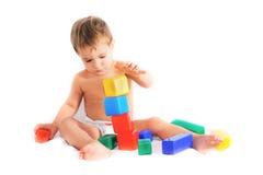 Het spelen van het kind met het bulding van blokken Royalty-vrije Stock Foto