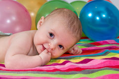 Het spelen van het kind met kleurrijke ballons Stock Afbeeldingen
