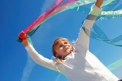 Het spelen van het kind met linten stock fotografie