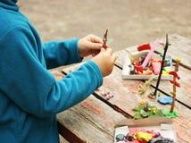 Het spelen van het kind met plasticine Royalty-vrije Stock Afbeeldingen