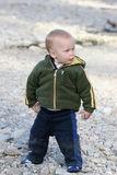 Het spelen van het kind met rotsen Royalty-vrije Stock Foto