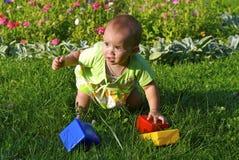 Het spelen van het kind met speelgoed royalty-vrije stock afbeelding