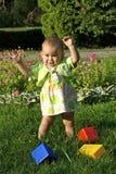 Het spelen van het kind met speelgoed stock afbeeldingen