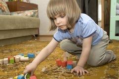 Het spelen van het kind met speelgoed Stock Foto