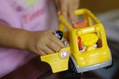 Het Spelen van het kind met Stuk speelgoed stock foto