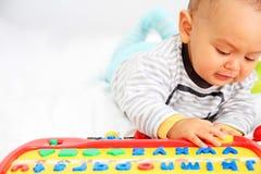 Het Spelen van het kind met Stuk speelgoed Royalty-vrije Stock Afbeeldingen