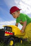 Het spelen van het kind met vrachtwagen Stock Foto's