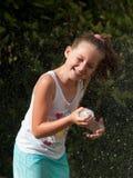Het spelen van het kind met water Stock Foto's