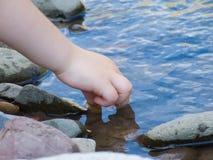 Het spelen van het kind met water Stock Afbeeldingen