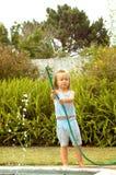 Het spelen van het kind met water royalty-vrije stock afbeelding