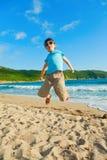 Het spelen van het kind op het strand stock foto