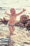 Het spelen van het kind op het strand Royalty-vrije Stock Foto's
