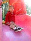 Het spelen van het kind op speelplaats Stock Foto