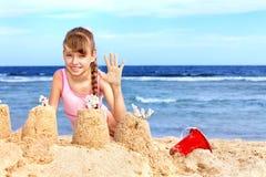 Het spelen van het kind op strand. Stock Foto's
