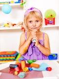 Het spelen van het kind plasticine. Royalty-vrije Stock Afbeelding