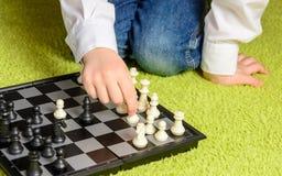 Het Spelen van het kind Schaak Royalty-vrije Stock Afbeeldingen
