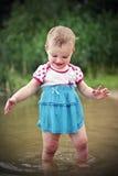 Het Spelen van het kind in Water Royalty-vrije Stock Afbeeldingen