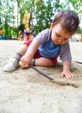 Het spelen van het kind in zand Royalty-vrije Stock Afbeeldingen