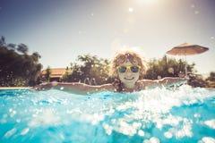 Het spelen van het kind in zwembad Royalty-vrije Stock Afbeeldingen
