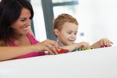 Het spelen van het mamma en van het kind stock foto