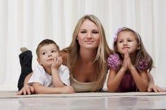 Het spelen van het mamma met kinderen royalty-vrije stock afbeelding