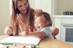 Het spelen van het mamma met zoon royalty-vrije stock foto