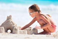 Het spelen van het meisje bij strand Stock Foto's