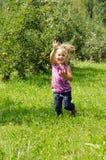 Het spelen van het meisje in boomgaard Stock Afbeelding