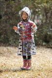 Het spelen van het meisje in de regen royalty-vrije stock fotografie