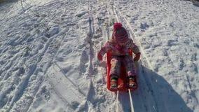 Het spelen van het meisje in de sneeuw stock video