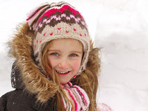 Het spelen van het meisje in de sneeuw stock foto's