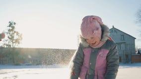 Het spelen van het meisje in de sneeuw stock videobeelden
