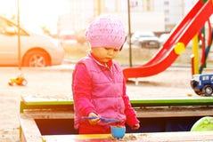Het spelen van het meisje in de zandbak royalty-vrije stock foto