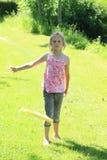 Het spelen van het meisje frisbee Stock Afbeeldingen