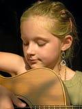 Het spelen van het meisje gitaar Stock Afbeelding