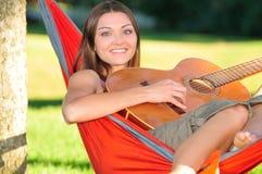 Het spelen van het meisje gitaar Royalty-vrije Stock Afbeeldingen