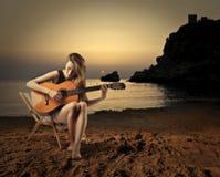 Het spelen van het meisje gitaar Stock Afbeeldingen
