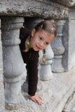 Het spelen van het meisje gluurt een boe-geroep Stock Foto