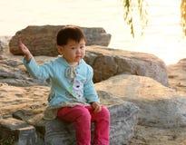 Het spelen van het meisje in het park Stock Foto's