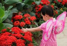 Het spelen van het meisje in het park Royalty-vrije Stock Afbeeldingen