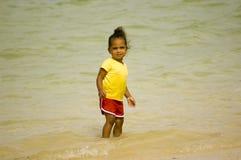 Het spelen van het meisje in het water Stock Foto