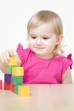 Het spelen van het meisje met bakstenen Stock Foto