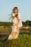 Het spelen van het meisje met een hond Stock Foto's