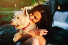 Het spelen van het meisje met een hond Royalty-vrije Stock Foto's