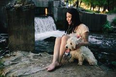 Het spelen van het meisje met een hond Royalty-vrije Stock Fotografie