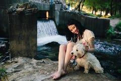 Het spelen van het meisje met een hond Stock Foto