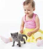Het spelen van het meisje met een katje Stock Foto's