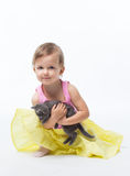 Het spelen van het meisje met een katje Stock Afbeelding